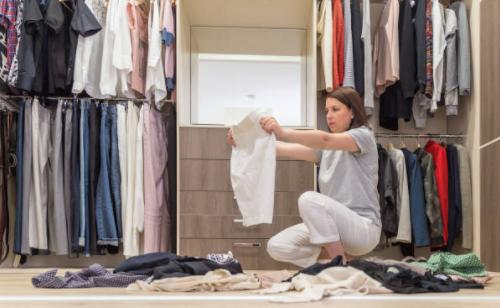 как сложить одежду в шкафу на полках