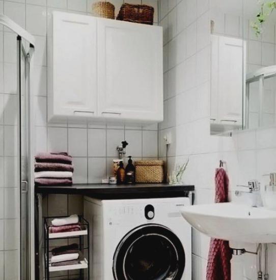 шкаф над ванной с белыми фасадами