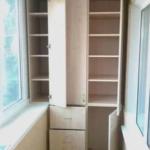 шкаф с использованием полезного пространства подоконника балкона