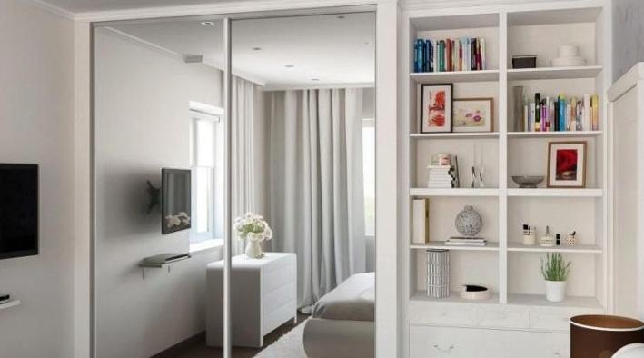 Белый шкаф-купе с зеркальными дверями