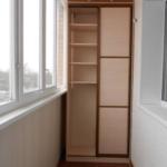 шкаф с распашными дверями на балконе