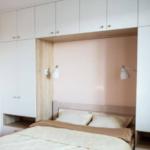 современный шкаф над кроватью